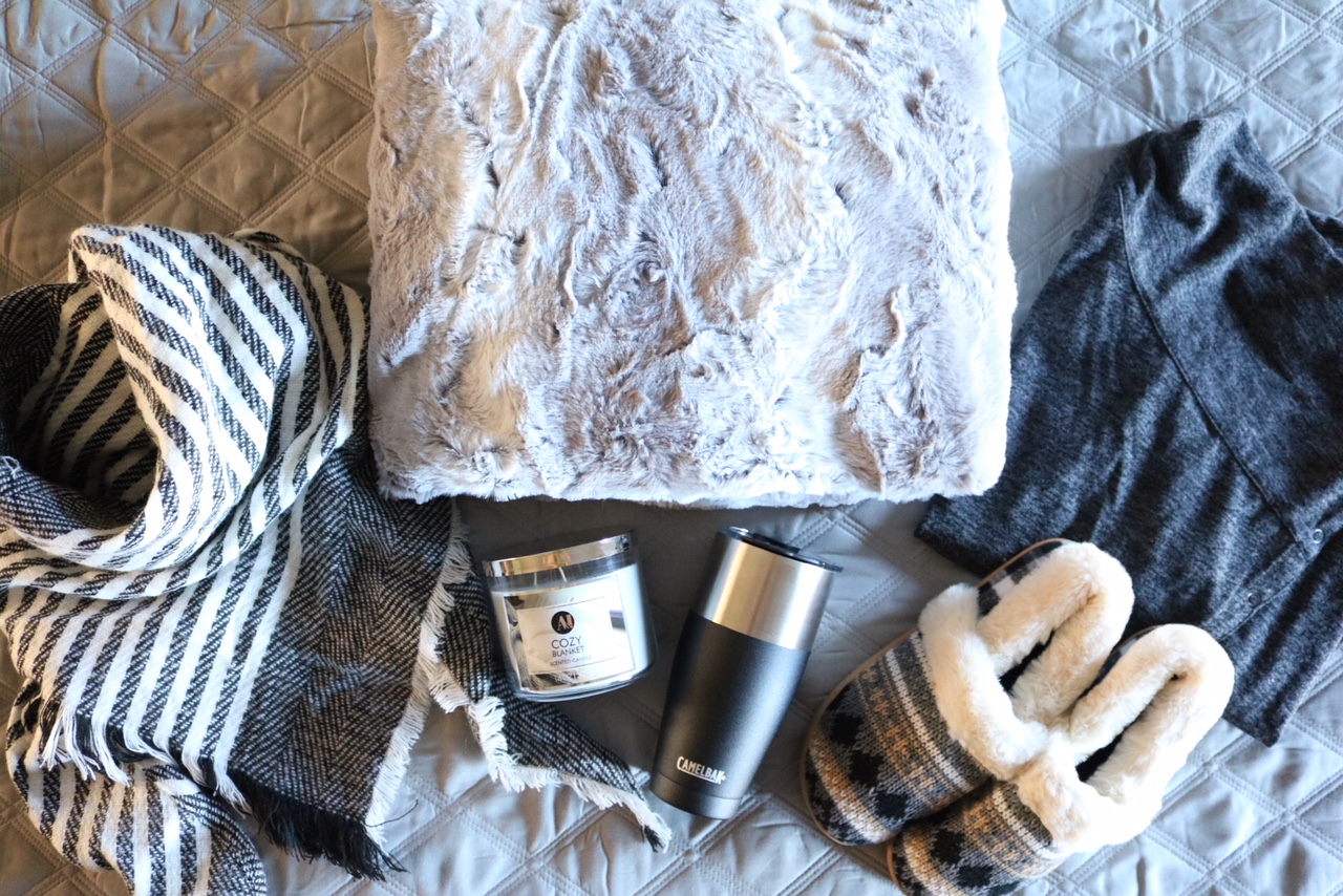 Gift Guide For The Cozy Mom - Get gift ideas for mom this Christmas - Blanket, Slippers, Scarf, Coffee Mug, Candle, Cozy Top